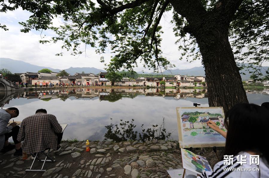 4月24日,绘画爱好者在宏村风景区写生.新华社记者 任鹏飞 摄